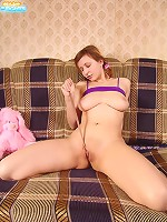 Teen tart takes off pantyhose and does the Twix