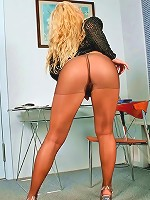 Bootylicious ho shows pierced clit through tights